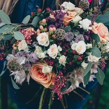 どんな花でまとめよう? 包み紙やリボンでも、雰囲気ががらっとかわります。