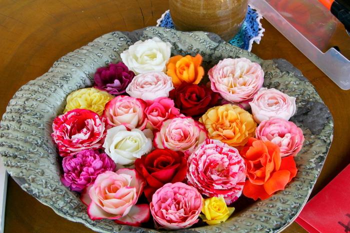 1輪1輪、表情の異なるバラをまとめて。「バラってこんなにいろんな色があるんだ!」と、バラの魅力を再確認できそう。カラフルなバラが引き立つよう、包装は渋めの色で引き締めています。