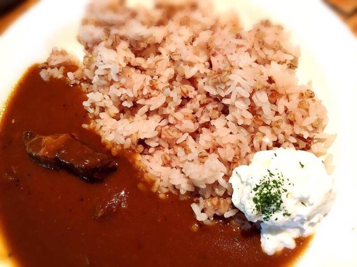 こちらのカレーライスは十穀米を使用。 カレーにも酸味が効いたチーズがとっても合うんです!半分はそのままで!あとの半分はチーズを絡めて…なんて食べ方もおすすめですよ。