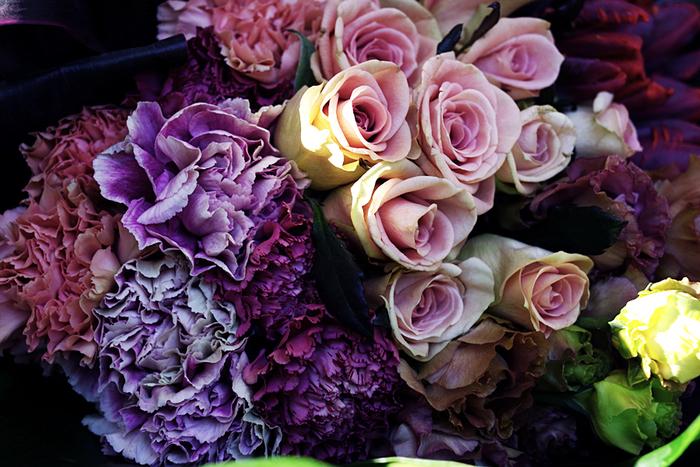 パープル系でまとめあげたシックな花束。年上の女性を素敵に魅せてくれそうです。