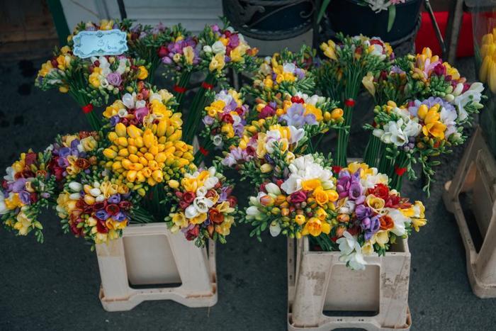 印象に残るブーケを贈りたい!という人は多色使いでアレンジ。 赤、青、黄色…鮮やかな色を全体にバランスよく散らして、個性派の花束のできあがり♪  シーンを選ばないユースフルな花束が完成!