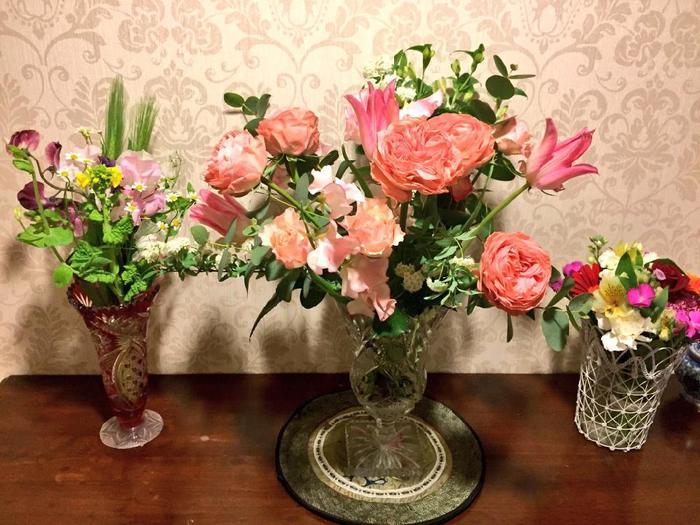 コーラルオレンジ系でまとめたチューリップとバラを花束の主役に。まわりを同系色の淡い小花をちらしてボリュームを出しています。  ビビッドカラーを使うときは、メインの1色を決めておくとまとめやすいみたい。