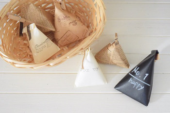 折り紙も、折り方を工夫すればおしゃれなラッピング袋に早変わり?ころんと可愛いテトラバッグも手軽に作れるのが嬉しいですね。