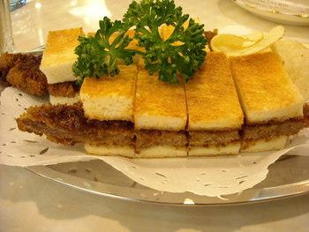 ホットケーキと並んで人気なのが、パンからはみ出るほどのボリュームのビーフカツサンド。カツにかかっているソースが絶妙で、リピートしたくなります。