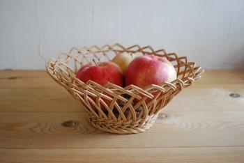 紅茶で染めた籐をつかった paldies さんのかご。「菊ざら」と呼ばれる編み方です。果物いれとしてははもちろん、いろいろな使い方ができますね♪
