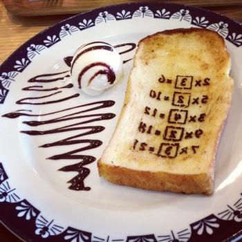 ドラえもんの未来道具「暗記パン」 こちらはミュージアムカフェ内で食べることができます。  明日のテストもこれでばっちりですね♪