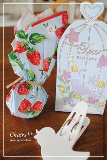 柔らかな素材のペーパーナプキンは、丸みのあるプレゼントを包むのにも良いですね。色柄次第で、印象がガラリと変わりますよ。