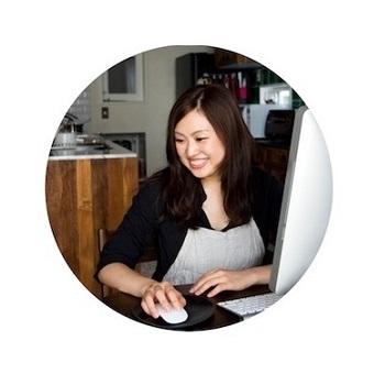 """サイトを運営しつつ、""""平日は料理をしなくても、晩ご飯ができる!お弁当もできる!""""食生活を実証しておいでのnozomiさん(企業のSEとしてフルタイム勤務。2016年~育休中)。会社員の夫・ひろきさんも、記事の構成やレシピ案などで参加しています。   『つくおき』は、「こんな方に読んでほしい」。by nozomiさん。↓↓↓"""