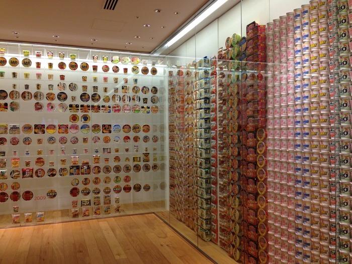 インスタントラーメンが世界的な食文化へと発展していく歴史を現わしている「インスタントラーメン ヒストリーキューブ」。 3000点以上のパッケージには圧巻されます。  好きな商品、懐かしい商品など、皆で盛り上がれそうですね。