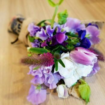 白×パープルの春を感じさせるナチュラルブーケ。ミニブーケなら、気取らず贈れそう。