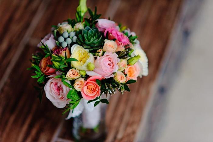 多肉植物もあしらった、ロマンティックな花束。おしゃれなインテリアに映えるので、自宅用に贈ると喜ばれるかも。