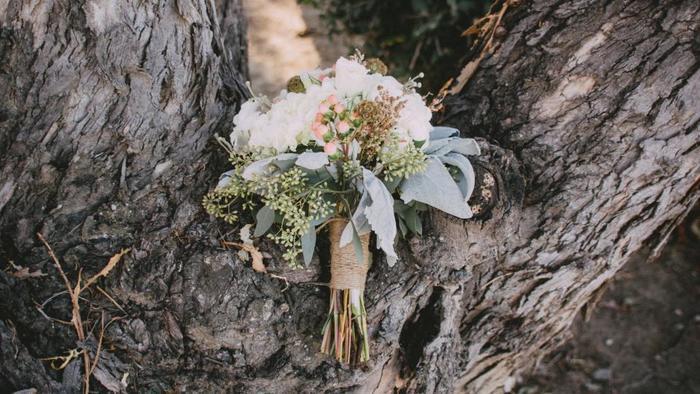 花とグリーンのバランスが見事なブーケ。ナチュラルなラッピングもぜひ参考に♪