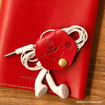 バッグの中で絡まってぐちゃぐちゃになりやすいイヤホンコード。レザー製のコードホルダーですっきりとまとめましょう。柔らかいレザーは、コードを傷付けにくい特徴があります。