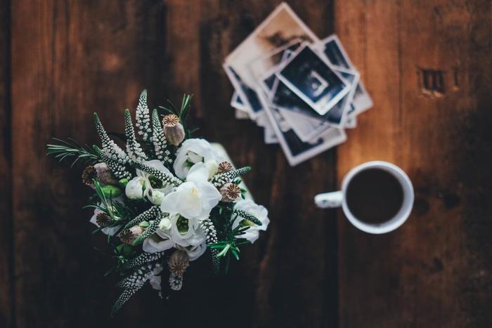 白い花とグリーンだけでさわやかナチュラルアレンジ。 包み紙に個性的な柄やビビットカラーを選べば、シンプルなのに印象的な花束に。