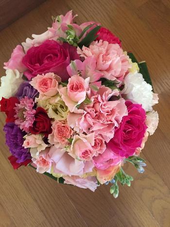 淡いピンクのバラに華やかなカーネーションもミックスした、ラウンドブーケ。母の日に贈ったら喜んでもらえそうです。