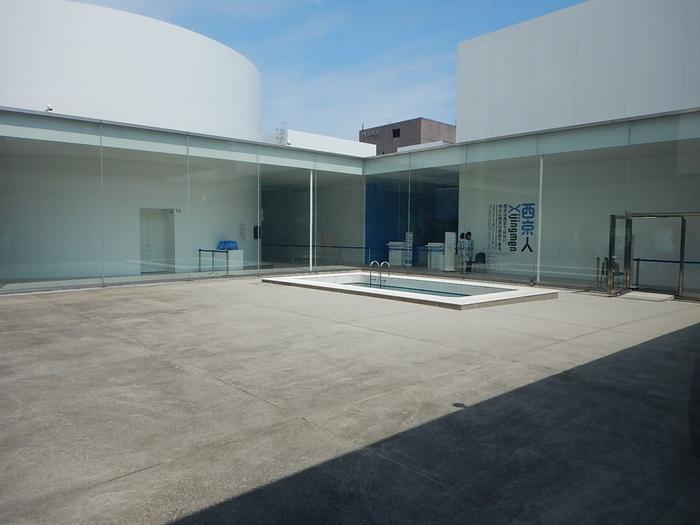 妹島和世・西沢立衛による建築ユニットSANAAが設計した『金沢21世紀美術館』。  円形のガラスの外壁で覆われているとっても広い館内には、数々の現代アートが立ち並んでいます。 導線設計されていないので、自由な順路で作品を観れるのもいいですね。 無料で入場できる範囲も広いので、気軽に立ち寄れるのが魅力の一つです。  『金沢21世紀美術館』と言えばこのこのレアンドロ・エルリッヒの『スイミング・プール』ですよね。 美術館の中庭に何気なく設置されたプールに見えますが、実は・・・