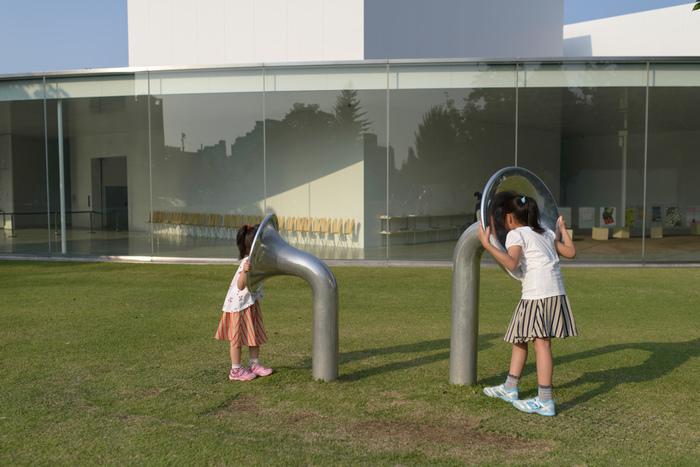 「こどもたちとともに、成長する美術館」 をコンセプトの一つとしているため、子どもたちが身体を使って楽しく遊べる作品がいくつかあります。  こちらは「アリーナのための クランクフェルト・ ナンバー3」。 12のチューバ状に開いた筒があり、ペアになっている管がそれぞれ地中でつながっていて、音を伝える仕組みです。 管は隣のものと繋がっているわけではないので、どれがどれにつながっているのかを探して広大な庭を駆け回われます。  休日には子供向けのイベントも多く開催していますし、予約制の託児施設もあるので、子供預けてゆっくり鑑賞することだってできるんです。是非チェックしてみてくださいね。