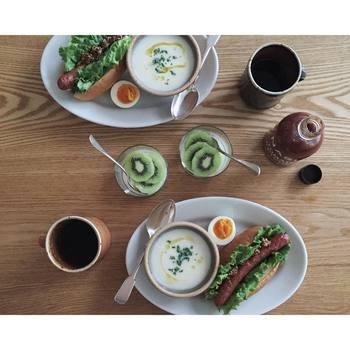 シンプルなサタルニアのオーバルプレートに、蕪のポタージュとホットドッグ、ゆで卵を大胆にのせて。ダイニングテーブルの真上から撮るとインスタ栄えもしそうなフォトジェニックな一枚がとれますよ。
