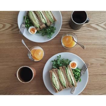 アボカドとズッキーニのサンドイッチも、とっても美味しそう♪naokoさんの、サンドイッチレシピも真似したいくらいに素敵なものばかりです。いつもこんな素敵な朝ごはんがあるなんて旦那さんが羨ましいくらいですね。