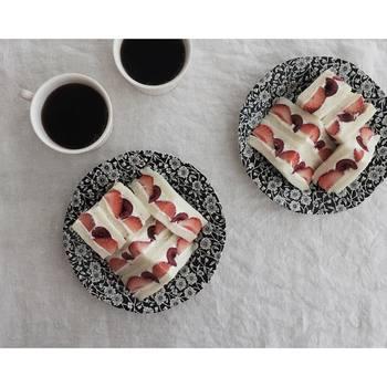 いちごとチェリーのサンドイッチは、一見ケーキかと見まがうほど美しい断面。サンドイッチもカット次第で、こんなにフォトジェニックな一品になるんですね。