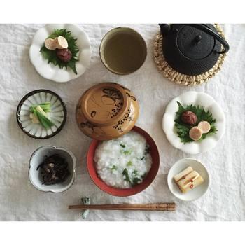 ワンプレート料理や、サンドイッチレシピがお得意のnaokoさんの和食ご飯はこんな感じ。取り皿や豆皿に、少しずつ取り分けて。さりげなく写った、南部鉄瓶もオシャレな雰囲気を醸しだします。