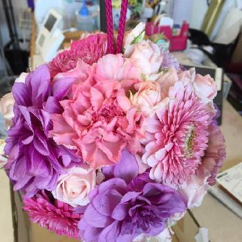 いろんな花をたっぷり使うときは、色の統一感がポイント。 ピンク、パープル、ブルーのグラデーションでまとめています。  とても華やかなので、お祝いの席にぴったり。