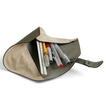 ペンケースって、中身が見えにくいものが多いのですが、くるくると丸めるロールペンケースなら開いたときに中身がしっかり見えて取り出しやすいんです。しっとりとした革で、ペントレーのようにしても使えます。