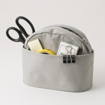 しっかりとした帆布の生地で、ポケットもたくさんついた収納力抜群のポーチ。自立するので、デスクにそのまま置いて使うのもおすすめです。