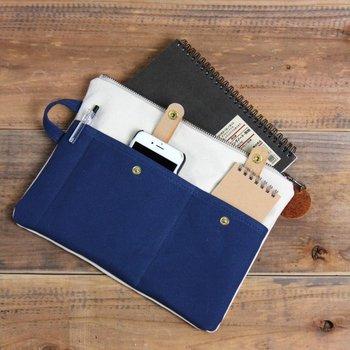 A5サイズでノートやスマホなどをすっきりと収納できるバッグインバッグです。仕事でも使い勝手が良いアイテムです。