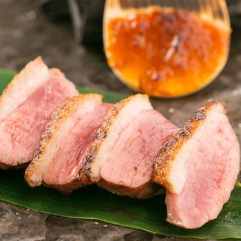 美しいローズ色の肉色が食欲をそそる鴨肉は、ヘルシーなお肉として人気がでています。