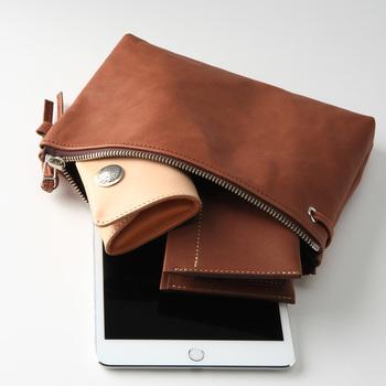 大きめのレザーポーチは、バッグインバッグとしてもクラッチバッグとしても使える万能なデザインです。シンプルだからこそ、愛着が湧いて長く持てそうですね。