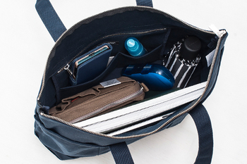大きなバッグにたくさんの荷物。バッグの中身がごちゃごちゃして、必要なものがなかなか取り出せないことってありますよね。そんな時は、ポーチや便利グッズを使って、すっきりと整理しましょう。
