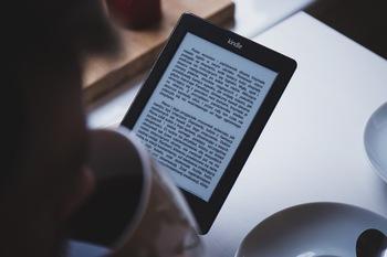 いろんな種類の本をもっとスマートに読みたいというときは、電子書籍が読めるタブレットを持ち歩くのもおすすめ。  持ち歩いている本が気乗りしないときや読み飽きてきたときに便利です。