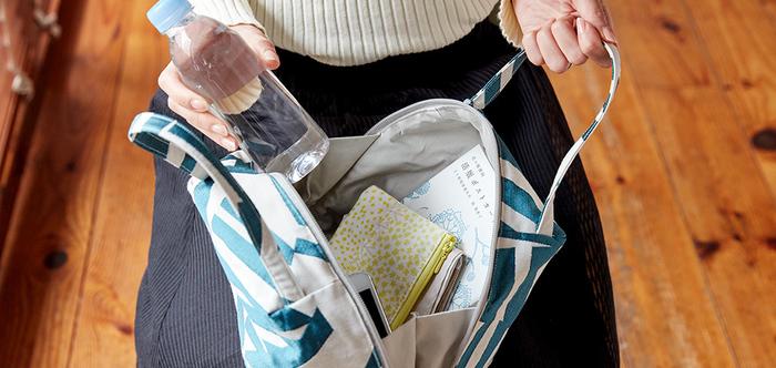小さくてなくしてしまいがちなコスメや鍵などは、ポーチに入れるだけでもすっきりと見やすくなります。ポーチや便利グッズを使えば、バッグの中身の整理整頓が楽しくなりますよ。