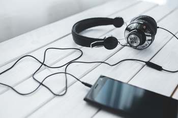 とにかく移動中はリラックスして過ごしたい、気分を高めたいときにおすすめなのが、音楽を聴くという過ごし方です。