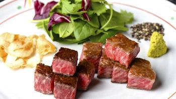 お焦げの毒性を消す働きもあるわさびは、ステーキにとってもよく合います。  シンプルにソテーしたお肉の上にワサビをのせて食べてみて! 辛味はそんなに気にならず、すごくさっぱりといただけます。一度食べたらやみつきになるかも。  塩との味の変化を楽しむのも通な食べ方ですね!
