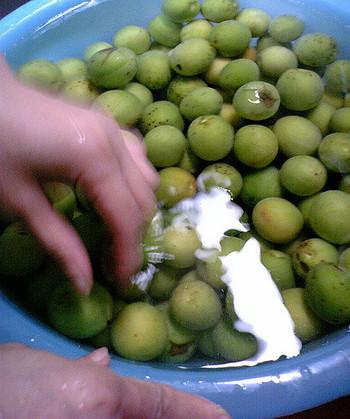 次は梅の準備です♪まず流水で丁寧に洗って下さい。それから2ℓ以上の水につけてアク抜きします。青く固い梅なら1~2時間つけて下さい。短いと渋みが出てしまいます☆完熟した梅ならエグ味がないのでアク抜きなしで大丈夫です!