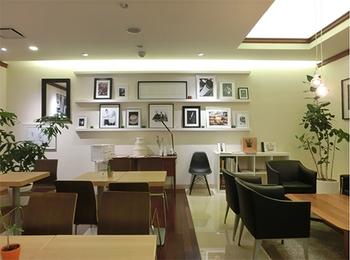 フィンランドの有名コーヒーチェーン「Robert's Coffee(ロバーツコーヒー)」。2012年12月に福岡で日本初出店を果たして以来、知名度も人気も上昇中です。天神の中でも若者が集まる大名エリアで、ビルの2階にお店を構えます。店内は、北欧を感じさせる、緑のある明るく落ち着いたインテリア。