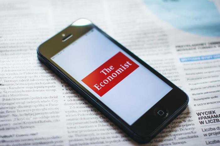 スマートフォンのアプリを使ってニュースを読む方法もありますよ。 手のひらサイズでサックと読めるのがポイントです。