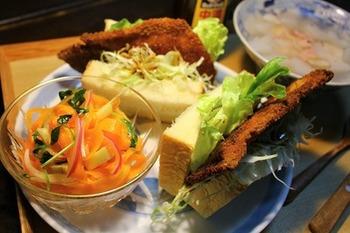 サンドイッチに辛子を塗る代わりに、わさびを塗った和風サンドイッチ。生姜焼き用の肉でつくったトンカツとのさくさくのハーモニーがたまりません。