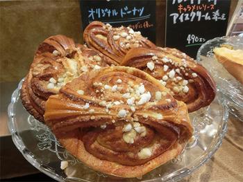 フィンランドやスウェーデンのカフェでは定番の、北欧風シナモンロール。スタバなどのアメリカ風シナモンロールとは異なり、カルダモン入りで甘さやや控えめです。日本で北欧風シナモンロールを食べられるところは意外と少ないので、ぜひ。