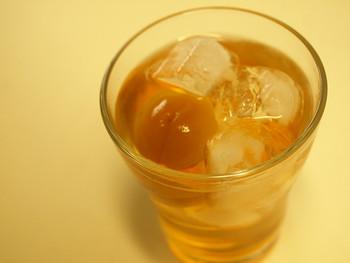梅酒が飲み頃になったら、まずはオンザロックで楽しんでみませんか!氷を浮かべてそのまま飲むロック。氷が溶けていくにつれて変わりゆく味をお楽しみ下さい♪