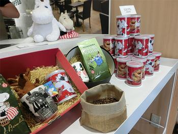 店内では、フィンランド直輸入のコーヒーや、ムーミンのマグカップなどが購入できます。