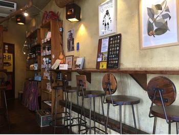 manu coffee(マヌコーヒー)は、天神で春吉店、大名店の計2店舗を運営しています。天神の中心部からは少し離れますが、他に柳橋店、焙煎所「オオカミコーヒーロースターズ」もあります。こちらの写真は、ウッディなインテリアが印象的な春吉店。天神駅から徒歩10分ほど。