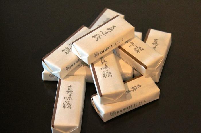 恭しい包み紙に入っているのも、なんだか素敵。一つ一つを丁寧に味わいたいお菓子です。