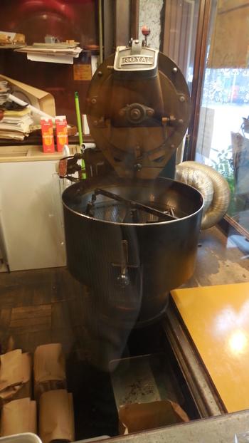 入り口にどっしりと構える焙煎機。毎朝生豆をローストしており、自家焙煎の珈琲が味わえるのです。深みと苦味のバランスが取れたここの珈琲で一日をスタートするという方もいます。