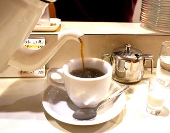 珈琲は昔ながらのネルドリップ式。じっくり丁寧に入れられた珈琲は、雑味がなく香りも豊かです。まさにお店の名前通り、アロマを感じる珈琲!