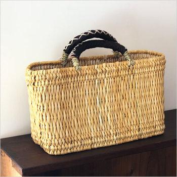 モロッコの職人さんが手仕事で一つ一つ丁寧に作り上げたかごバッグ。ハンドルは革仕様になっているので手が痛くなりにくくアクセントにもなってくれます。
