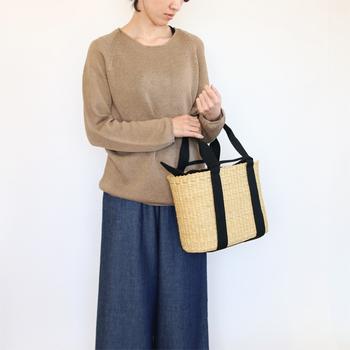 エレファントグラスという素材を使って作られた、MUUN(ムーニュ)のかごバッグ。マチもあって、たっぷり荷物が入るかごバッグはピクニックにもぴったり♪内袋があるだけで、安心感も雰囲気も違ってきますよね。