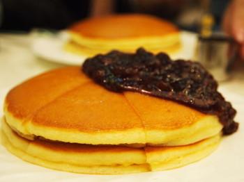 あんこがたっぷり乗った小倉ホットケーキも人気。半分はそのまま、半分はあんこをたっぷりつけて二度楽しむのがおすすめです。